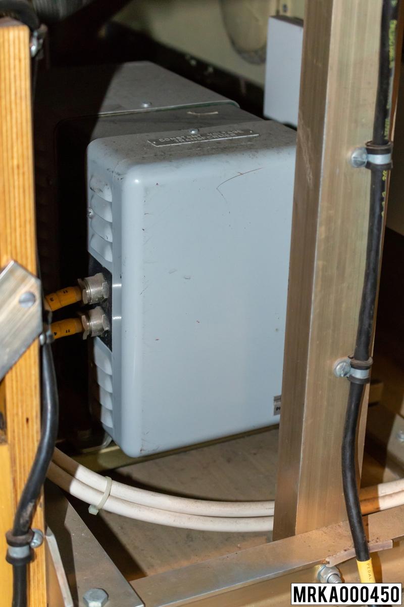 Två magnetstabilisatorer placerade brdevid ackumulatorlådorna har till uppgift att filtrera nätspänningen till huvudator och bilddator.