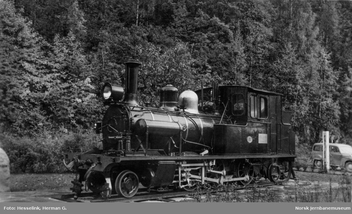 Setesdalsbanens damplokomotiv type XXI nr. 1 utstilt på Grovane stasjon.