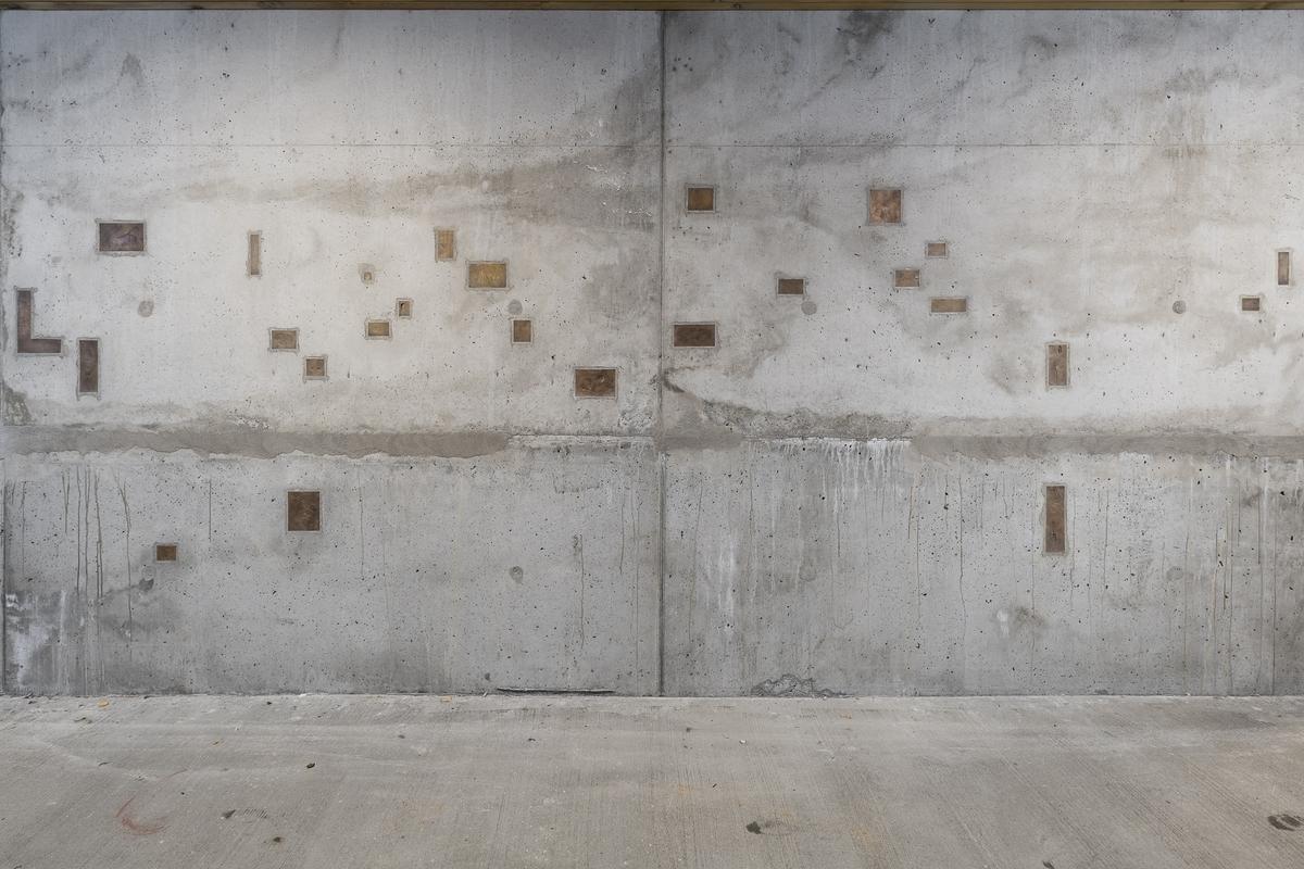 Eidsberg fengsel.  For Liv Bugge handler tegnsamlingen fra fengselet blant annet om retten til språk og stemme. Tegnene og avtrykkene blir støpt i bronse, og monteres tilbake samme sted. Om avtrykket er fra celler eller andre rom som innsatte ikke kan forlate, plasseres avstøpningene i nybygg, korridorer, felles rom eller ute i bakken.  Arbeidet er blant annet inspirert av filmen Le Chant de l'amour av Jean Genet.