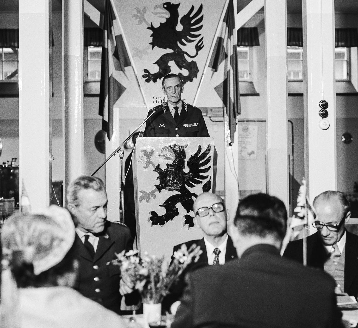 Militärbefälhavaren för Östra Militärområdet, general Gunnar Eklund, håller högtidstalet och utbringar en skål för jubileumsregementet.  OBS! tre bilder.