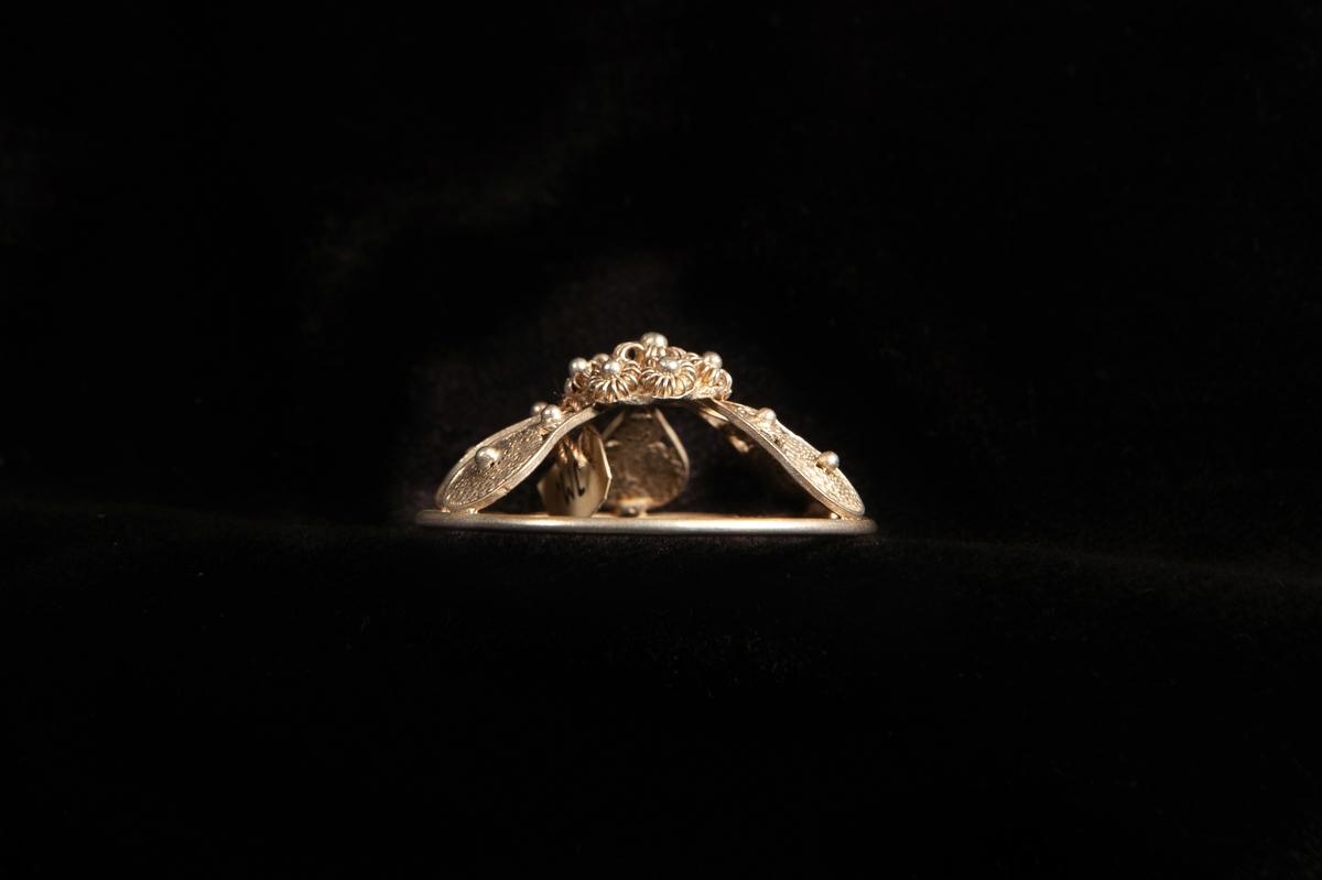 """En malja av silver. Filigranarbete i form av fem """"tungor"""" upp mot blomma i filigran. Stämplad på rundelns kant.JM.19973:a-e hör ihop."""