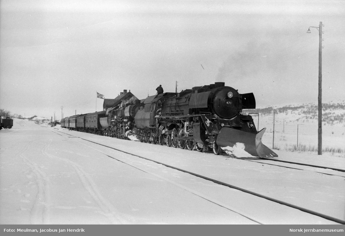 Damplokomotiv type 49c nr. 471 og type 63a nr. 6412 med dagtoget fra Trondheim til Oslo Ø over Dovre, tog 402, på Hjerkinn stasjon.
