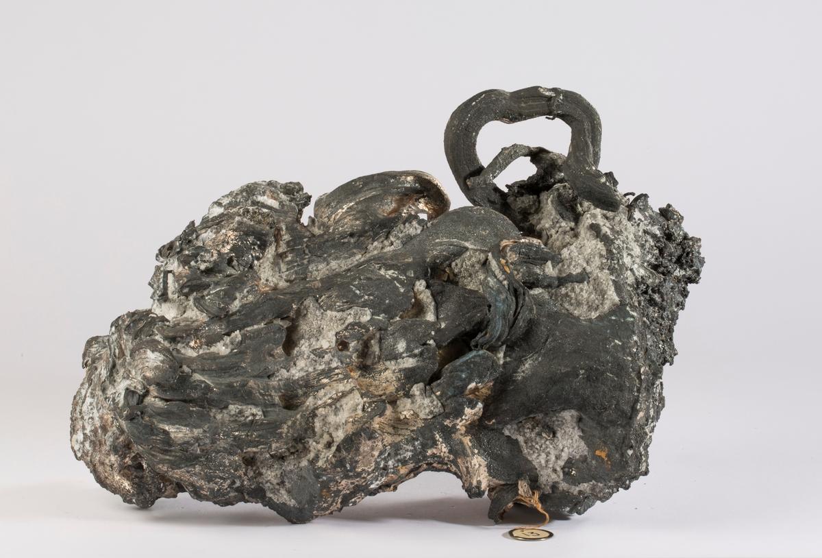 """Etikett i tråd: 13 (rund med metallkant) Vekt: ca. 21.2 kg Størrelse: 28 x 18 x 11 cm  Stuffen ble vist på Verdensutstillingen i New York i 1939 Fra liste over sølvstuffer som ble sendt til Verdensutstillingen:  """"13 Mildigkeit Gottes 1938, dyp 124 m, vekt 19.57 kg (brutto), 19.00 kg (netto), verdi kr. 4750. Gedigent sølv som nr. 9 (dvs BVM 3144)"""""""