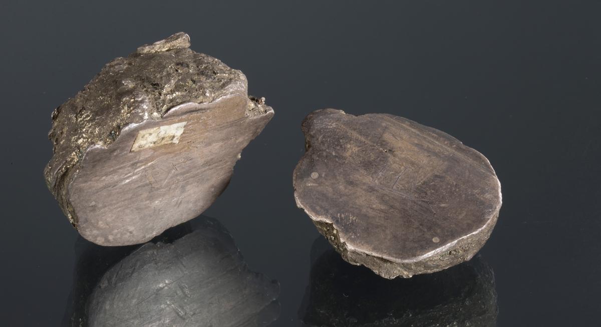 Nodul skåret i to Pyritt på massivt sølv Etikett 38? 2 stuffer Vekt 1: 180,74 g Vekt 2: 309,20 g