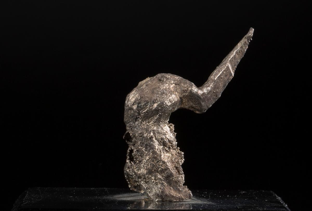 """""""Elefanthode"""" på svart plate med påskrift: """"68 gr br,42 gr n, Elefanthode, BVM 3239"""" Vekt: 67,67 g (med sokkel) Størrelse: 5,3 x 4 x 2 cm"""