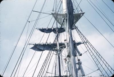 Kadetter klarter i riggen på skoleskipet STATSRAAD LEHMKUHL.