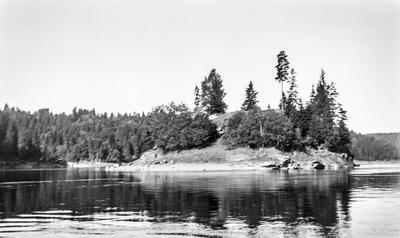På denne unnselige øyen ligger restene av Valdisholm borg. I middelalderen var borgen et stolt vitnesbyrd om Eidsbergs betydning som regionalt knutepunkt. Foto/Photo