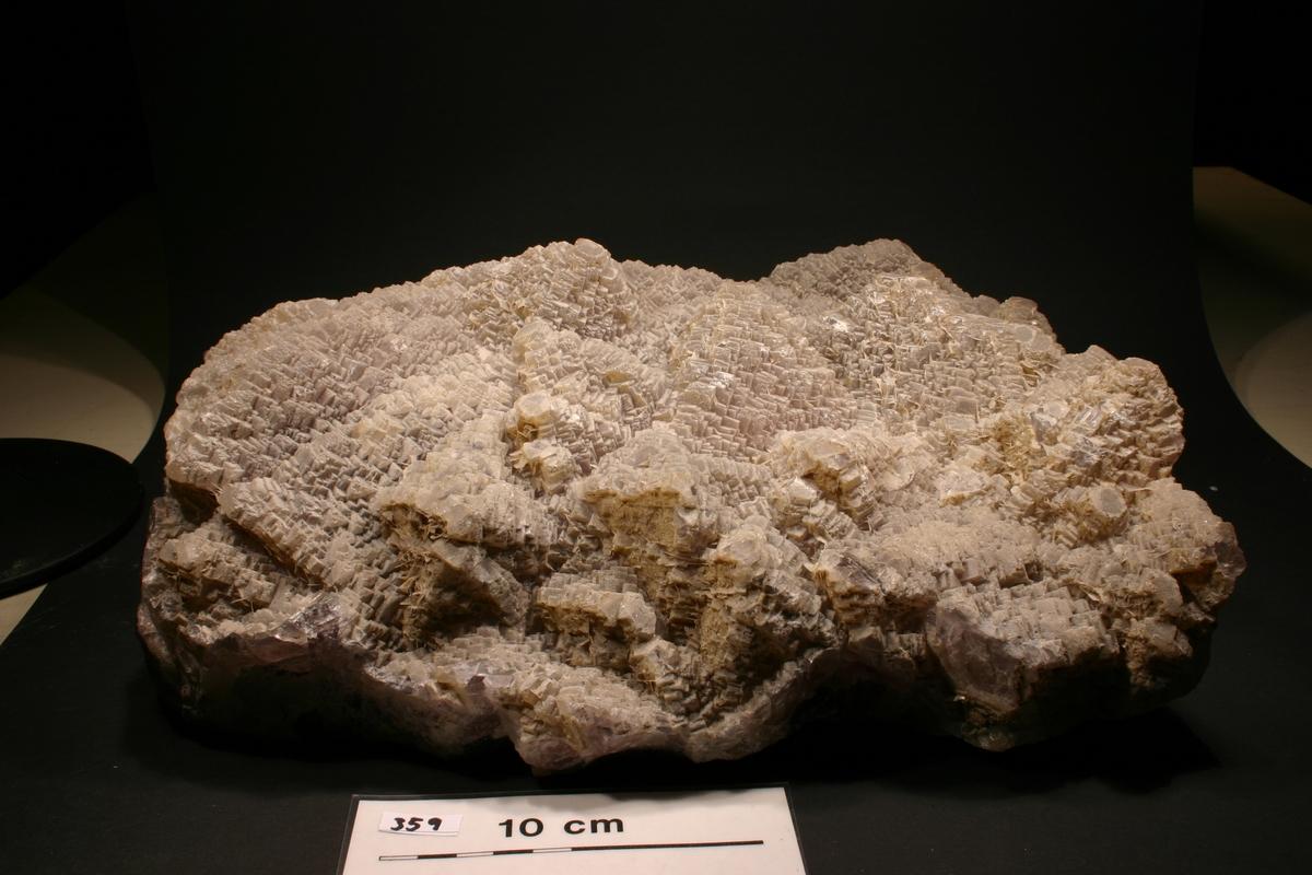 Flusspat fra Tveitstå flusspatgruve, ved Dalen i Tokke Trappesteg med tynn kvartshinne Fra bunn: grønn-> fiolett -> gråhvit Vekt: 12034 g Størrelse: 32 x 24 x 14 cm