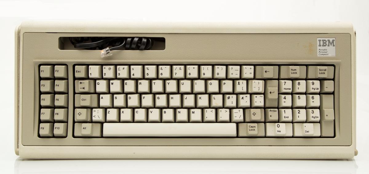 Maskinen har innebygd skjerm, to diskstasjoner for floppy-disk. Eksternt tastatur.