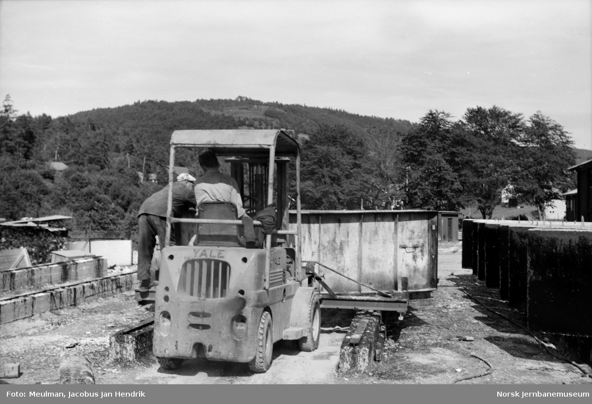 Betongstøperiet ved Brynavollen på Voss. Deponering av forskaling for støping av tunnellameller på støpeplassen. Lamellene ble benyttet i forbindelse med elektrifiseringen av Bergensbanen.