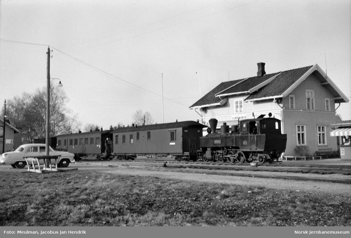 Damplokomotiv type XXIXa nr. 6 Høland med blandet tog fra Sørumsand, tog 2075, på Bjørkelangen stasjon.