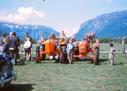 2 traktorar utstlte på eit fesjå på Ånsatadøya
