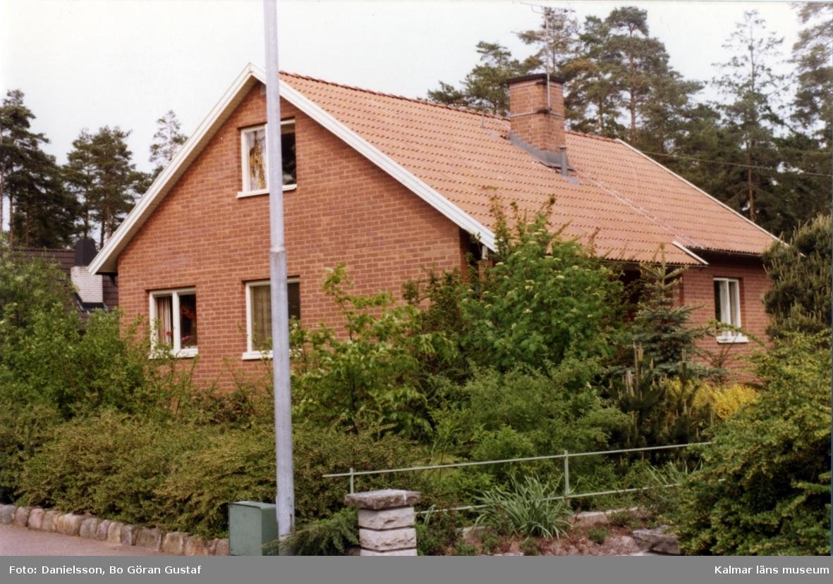Bostadshus i tegel och sadeltak på Neptunusvägen 20. Ägaren hette Pettersson och byggmästaren var Bertil Danielsson.