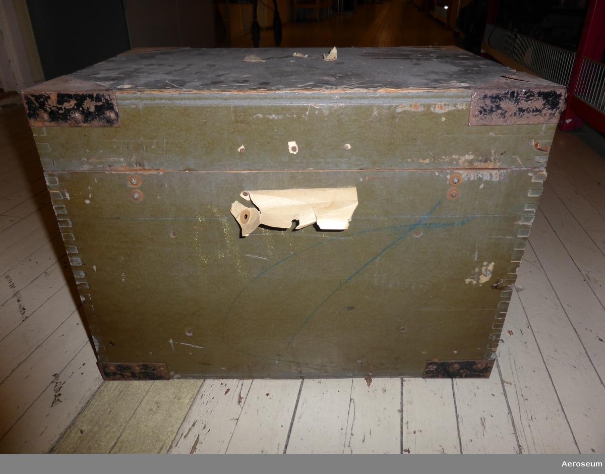 """En mottagare radio från Andra Världskriget. Typen användes i samtliga större brittiska flygplan med över 80000 tillverkade. Den är svart med ett antal knappar och rattar. Ligger i en grön trälåda. Finns en gammal trasig ettikett som visar vem de användes av. Finns även en lapp där det står: """"Reis Göteborg G"""". På ena kortsidan står det med vit text """"CASE. TRANSIT, REF. No IOD/2097 RECEIVER TYPE R1155 SERIES"""". På den trasiga ettiketen går det att läsa: """"The commanding office[...] No. 16 Main[...]ce Unit [...] Royal A[...]e [...]D. Staffs"""""""