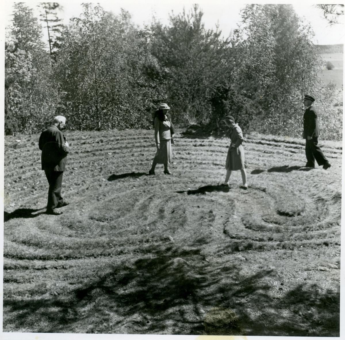 Badelunda sn, Tibble. Två män och två kvinnor går i Labyrinten Trojeborgen. 1938.