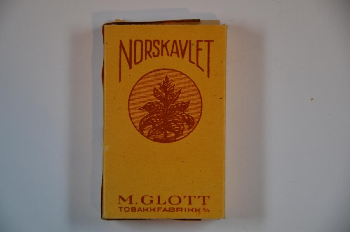 Moritz Glott drev tobakksfabrikk i Oslo. 10 sigaretter, norskavlet etter krisetobakk laget under andre verdenskrig