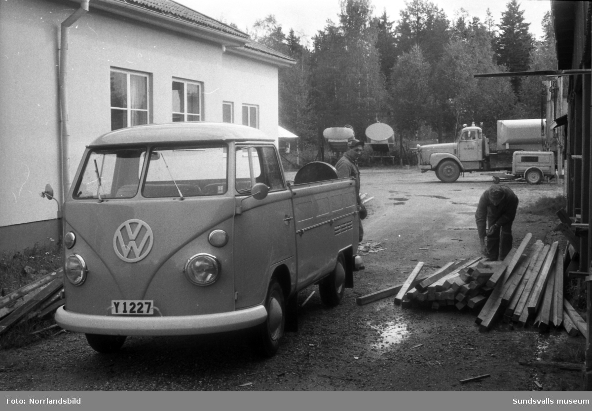 En Volkswagen pickup, Y 1227, används för att frakta någon form av stängselstolpar eller liknande.