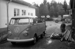 En Volkswagen pickup, Y 1227, används för att frakta någon f