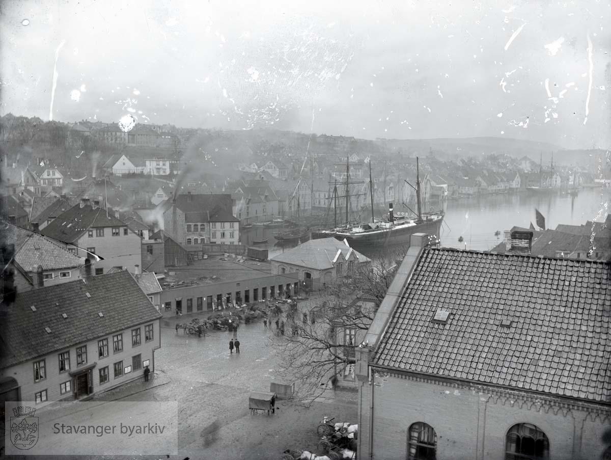 Til venstre i forgrunnen: Svaneapoteket, Haabeths hus og Sjømannsforeningen. I midten salgsbodene og jernbanens godsekspedisjon foran Rønnebergs Preserving. I bakgrunnen til venstre: Bergene.