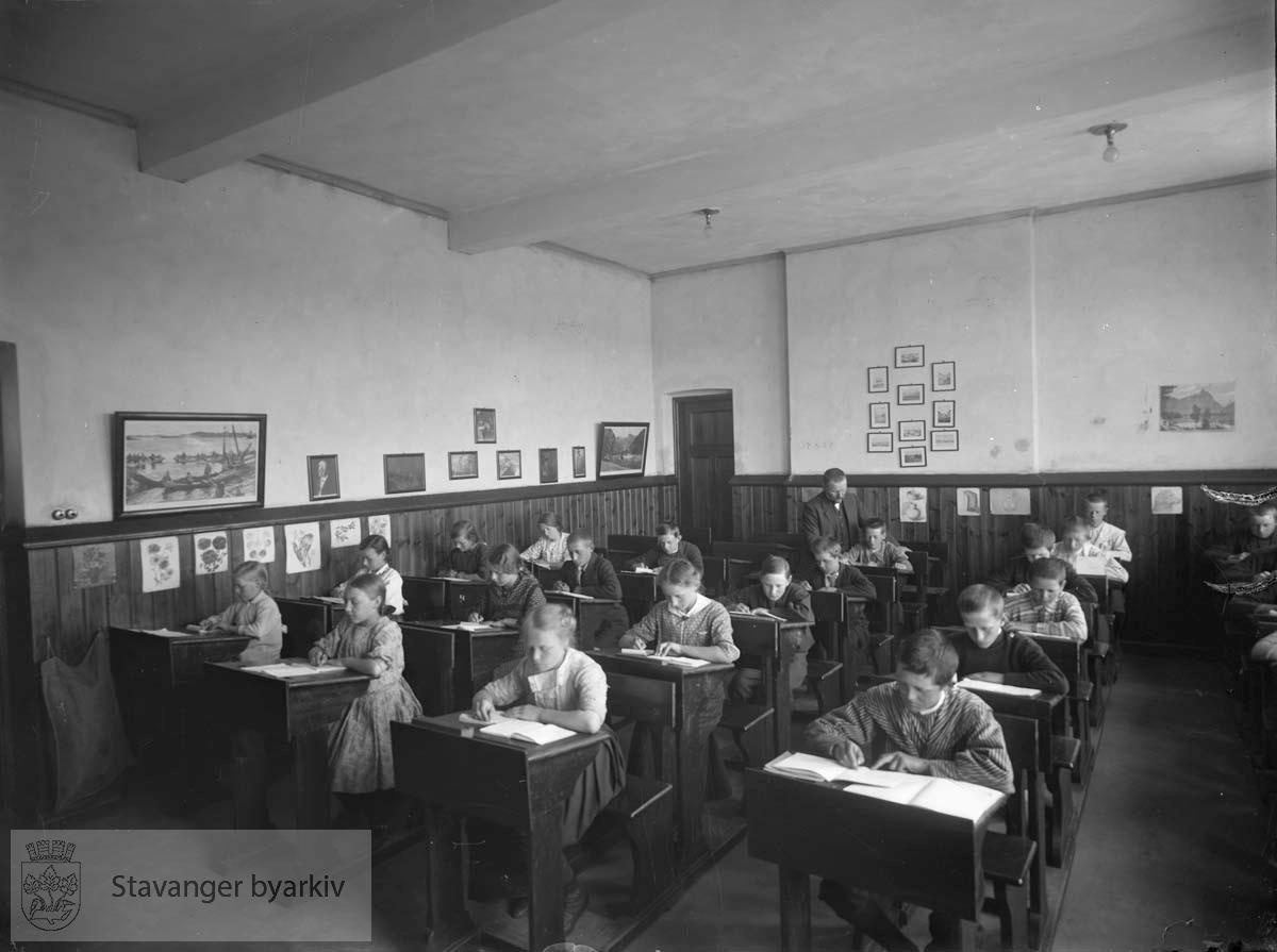 Elever ved pultene.