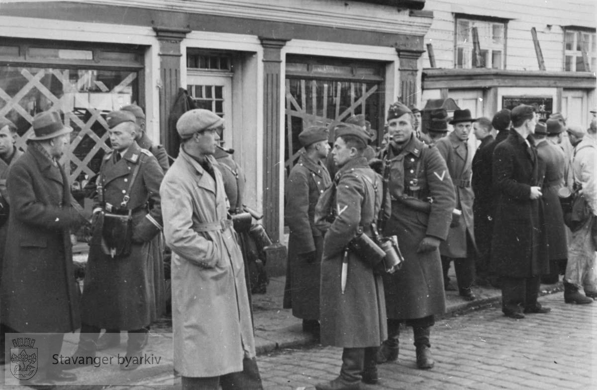 Soldater og sivile på gaten