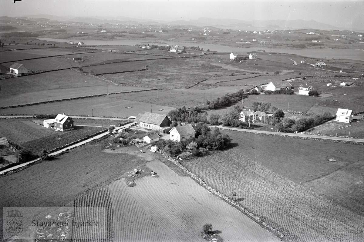 Stavanger ytre. Sunde, sør. Mot N.Ø...Revheimsveien. Fjeldekrossen midt i bildet. Mot Hålandsvatnet. Gården til Adolf Fjelde.
