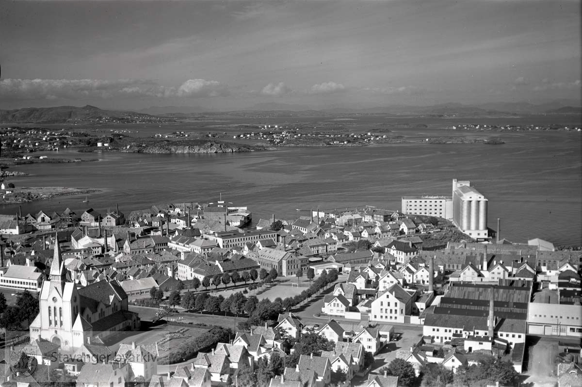 Stavanger midtre og indre. Hetlandsmarken. Storhaug. Mot N.Ø...Haugesundsgata. Johannes kirke til venstre. Kjelvene og Mauritzens fabrikk omtrent midt i bildet. Likeså Stavanger Gummiindustri A/S. Mot Strømsteinen og Spilderhaug, med Nordkronen. ..