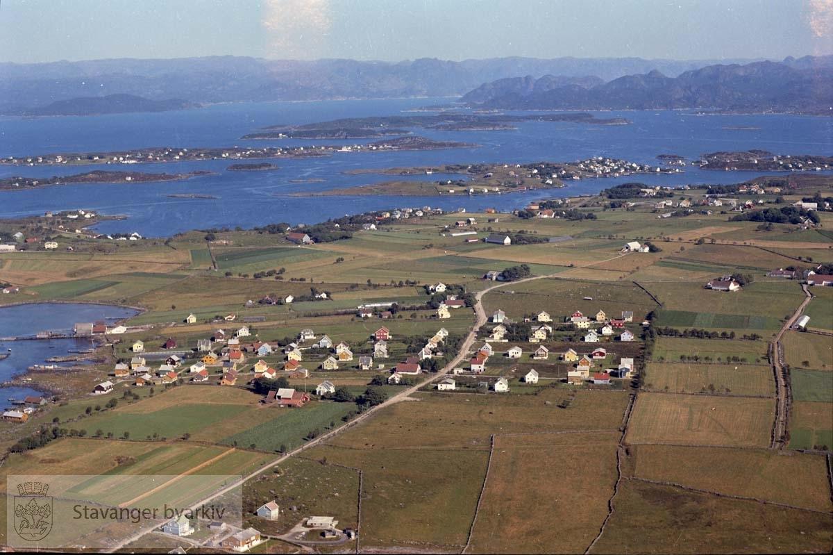 Hundvåg..Sandvågen t.v...Gateløp i området: Hundvåg Ring, Skeiehagen, Morteveien, Brislingveien, Sildekroken, Makrellveien, Brosmeveien, Lundesvingene.