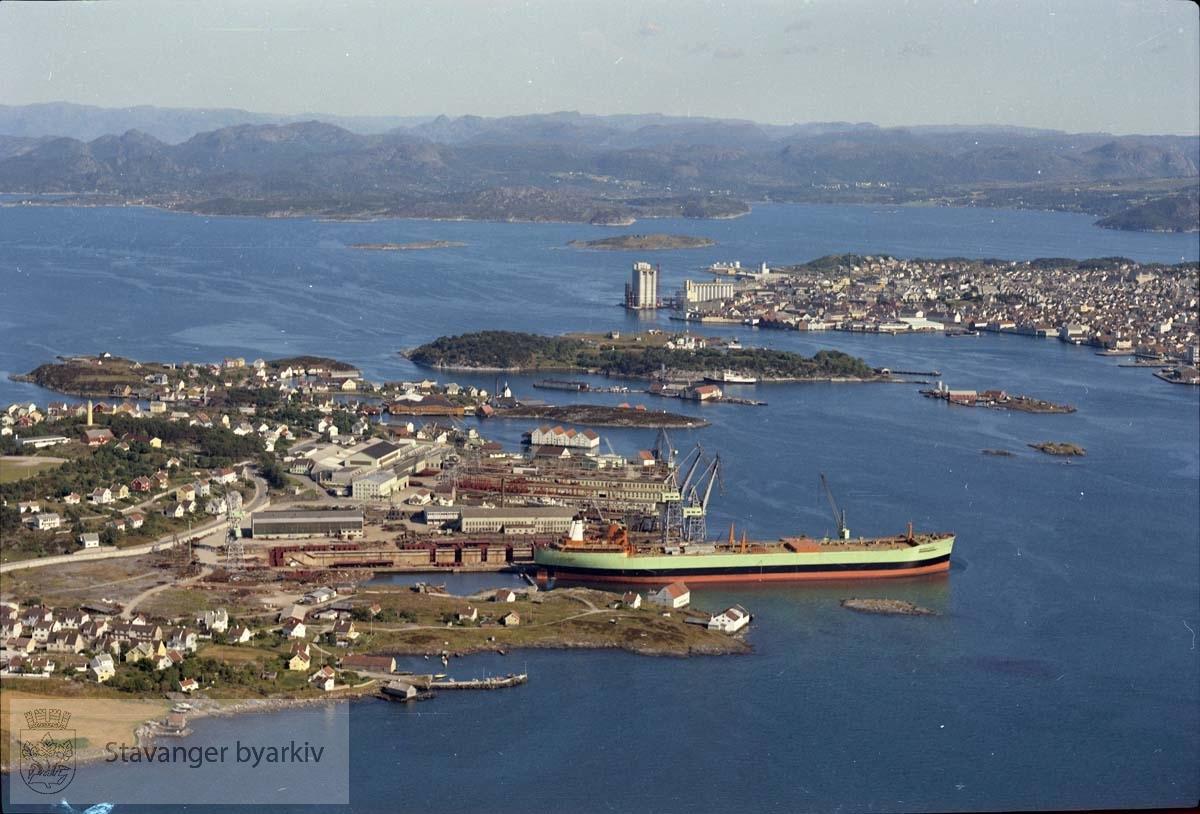 Buøy og Engøy mot Stavanger..A/S Rosenberg Mekaniske Verksted.Kattaskjeret.Nyhavn.. .Stavanger Skibsophugning A/S , Stavanger skipsopphugning holdt til i Nyhavn fra 1903 fram til 1957 da virksomheten ble flyttet til Grimstad.