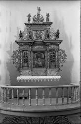 Seks bilder av altertavla i Hoff kirke. De to første viser h