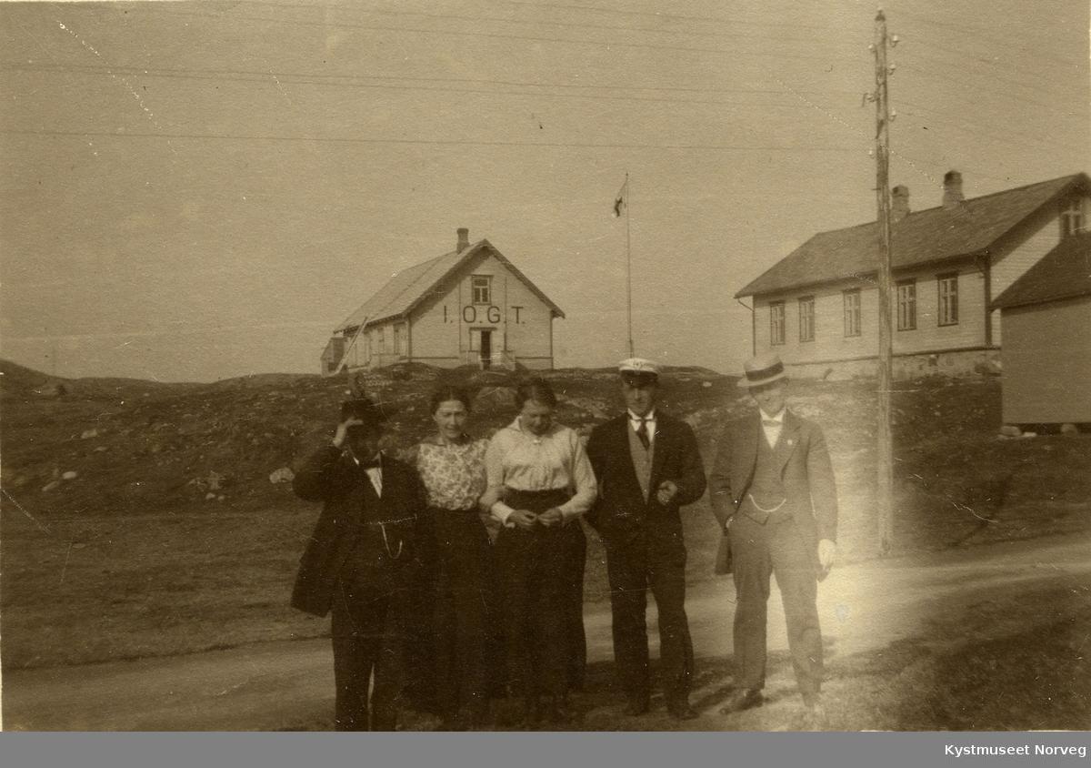 Rørvik ved I.O.G.T.-losjen, Sigurd Pettersen nr 4 fra venstre
