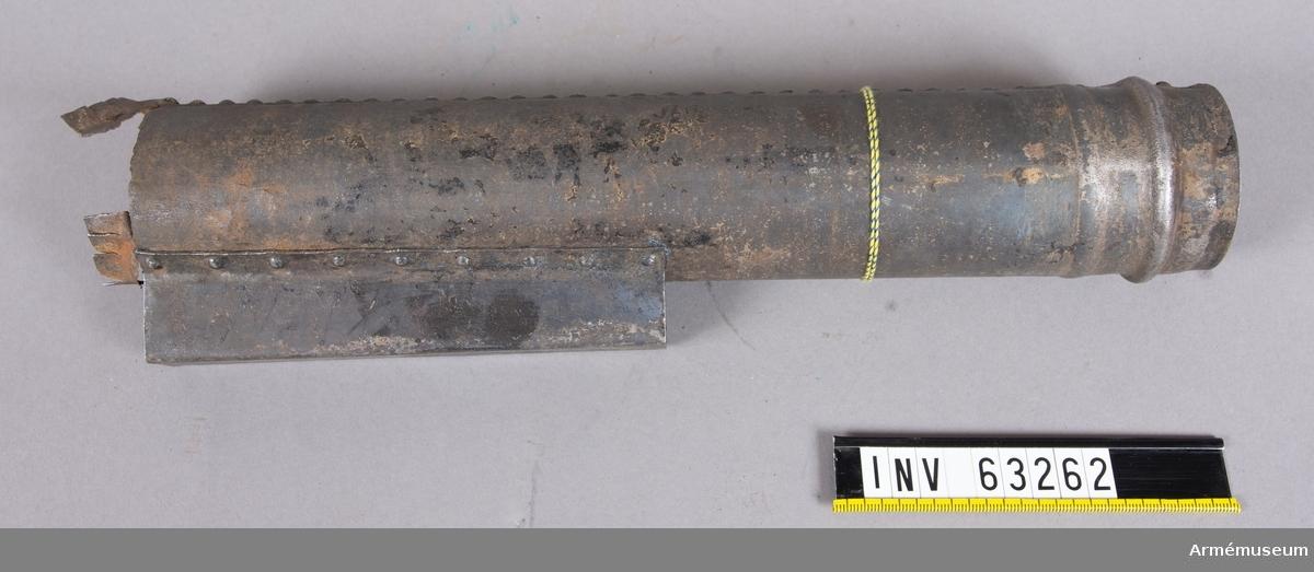 """Grupp F II. 6 cm (2"""") krigsraket, ursprungligen apterad med granat. För Svenska Raketkåren 1833-45. Granatens vikt är 1,5 kg (3,6-p)."""