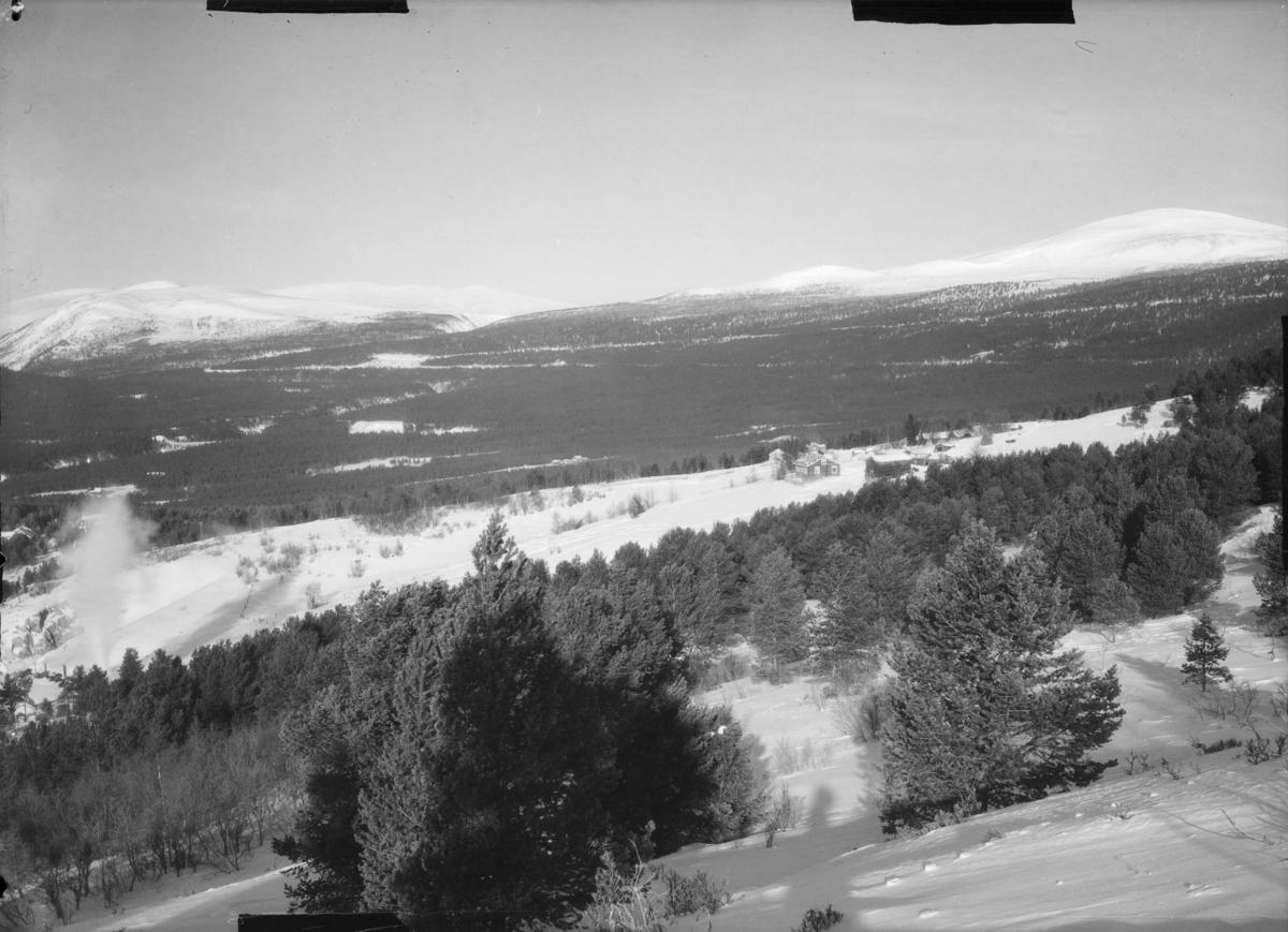 Utsikt fra lia øst for Dombås mot nord og Svartdalsfjellet til venstre. Ser sporet for jernbanen som ender i Grønbogen, vendetunell, oppe i lia. Den var ferdig i 1921