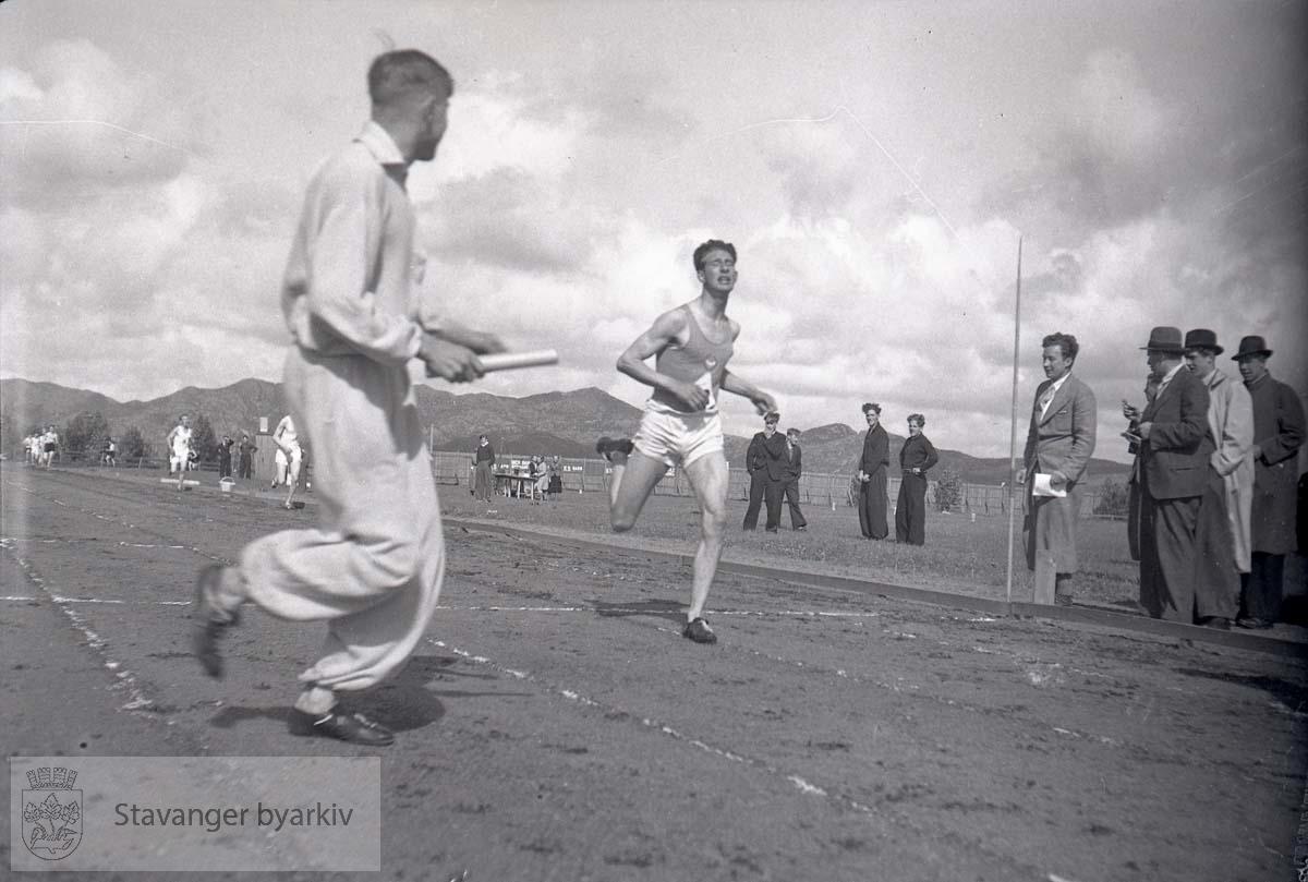 Løperen er Harry Graystone. Sandnes Stadion, KM Junior 1500 m. Måldommer er Olav Rostrup (Kilde: Frode Sætre, 15 Skjalg)
