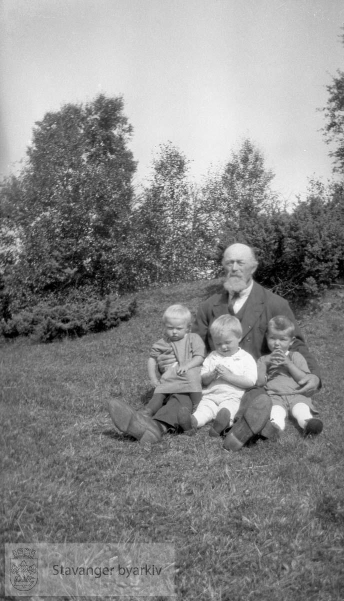 Eldre mann med tre barn på fanget