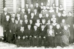 Skolebilde tatt foran storgangen på gården Narum Nordre i La