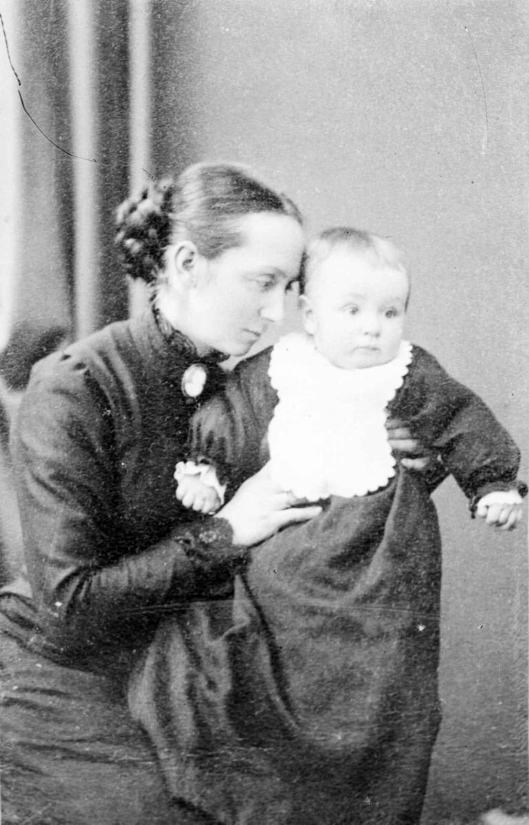 Portrett av Helene Mæhlum, født Bleken og datteren Kristine.