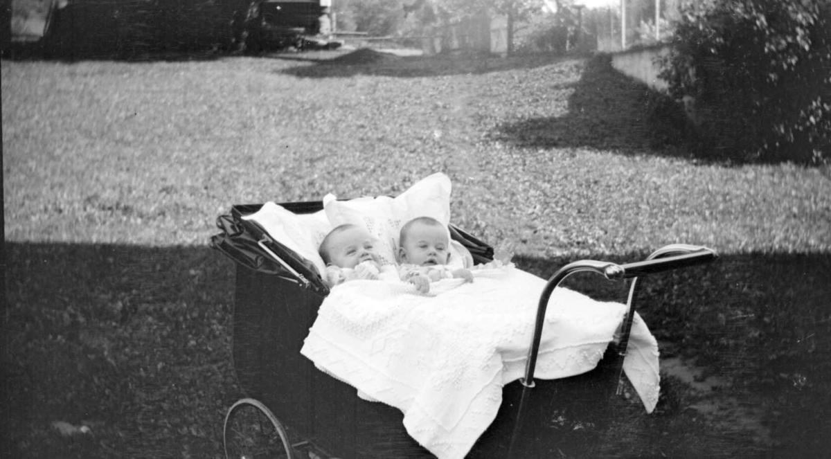 Tvillinger i barnevogn, Astrid og Sigrun Jørstad