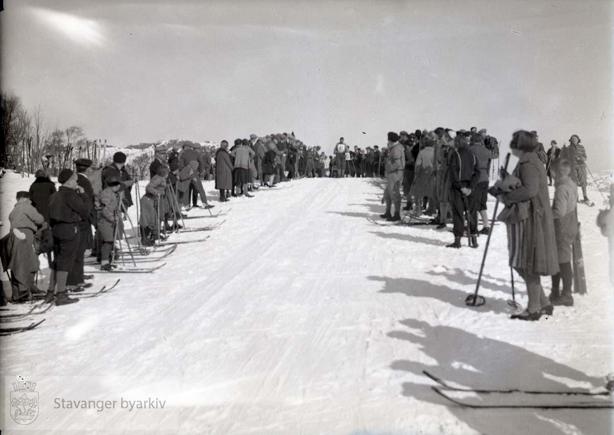 Skiløpere og publikum langs løypa.