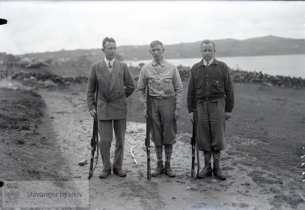 Tre menn med gevær. Deltakere på skytterstevne.