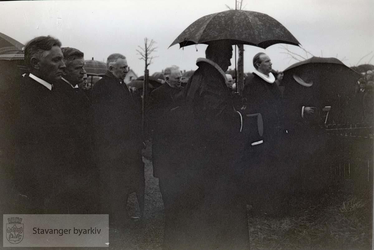 Prester og sørgende på Eiganes gravlund. ...Lars Oftedal gravlegges.