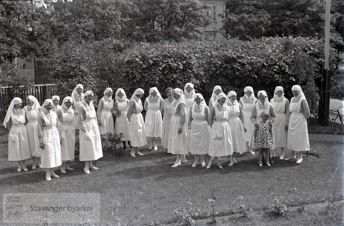 Sykepleiere samlet i hagen.