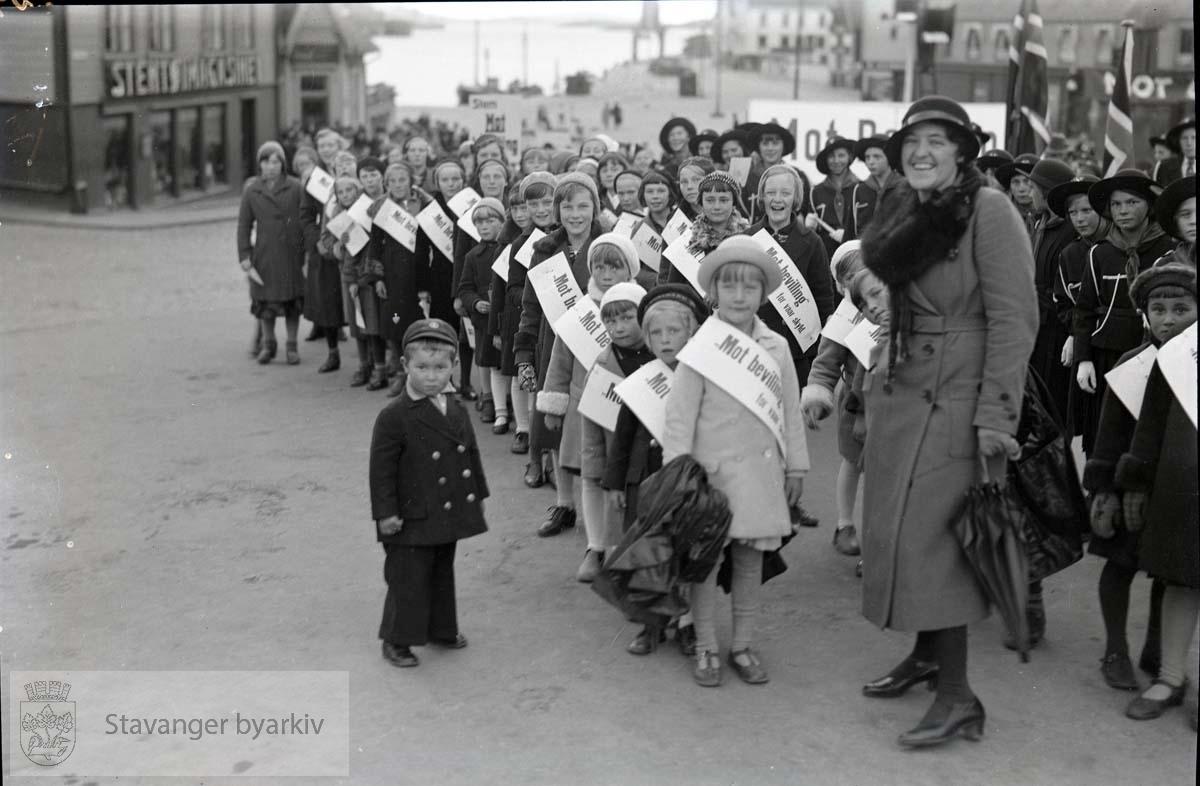 Barn på torget klare for å gå i demonstrasjonstog.
