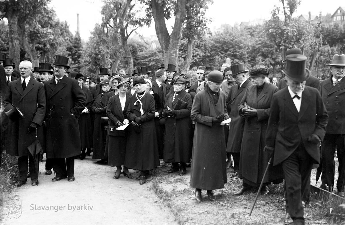 Wilhelm Årstads begravelse..Ved graven