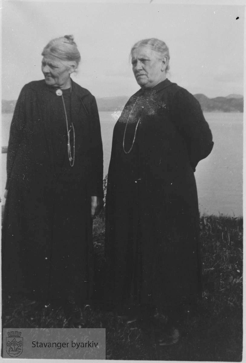 To eldre kvinner i sort
