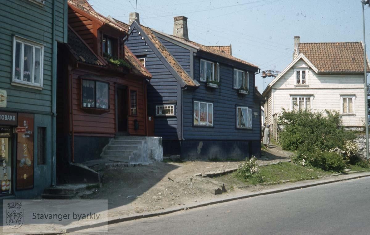 Husrekken fra venstre: Nedre Strandgate 74/76/78..Utenfor bildet til høyre Strandkaien.