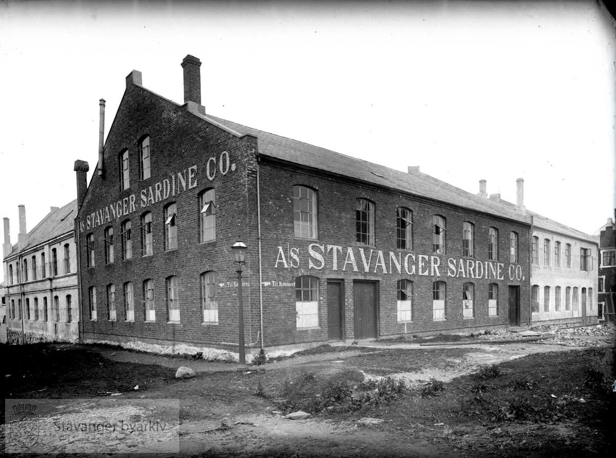 """Hermetikkfabrikk med hovedvekt på brisling, startet i 1906. Bildet er brukt i """"Stavanger nærings- og forretningsliv"""" del II, side 73."""