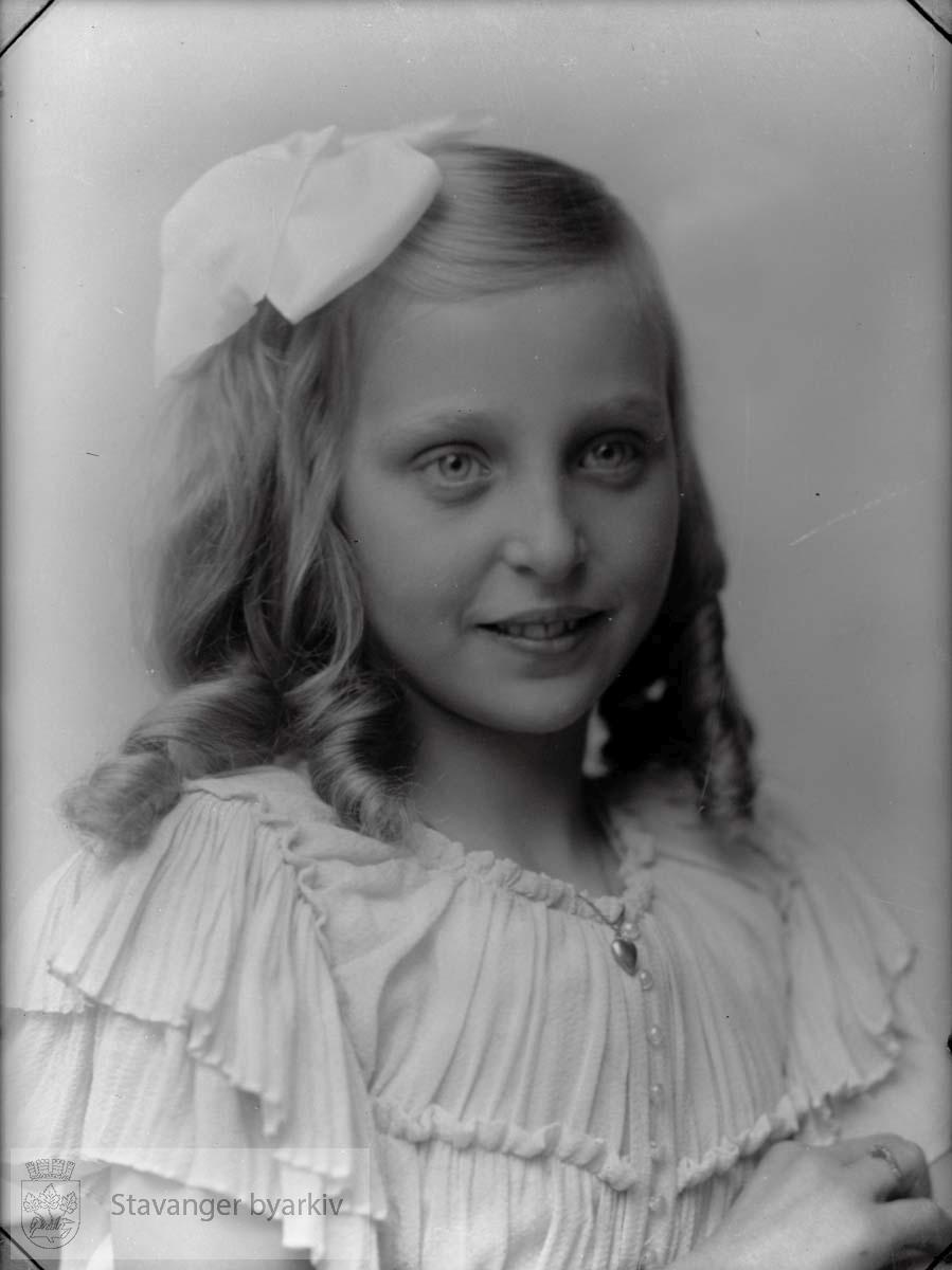 Bildet er bestilt av Konsul Thiis (jfr. Johannesens egne protokoller, 36490). Jenta på bildet er da antakeligvis hans datter.