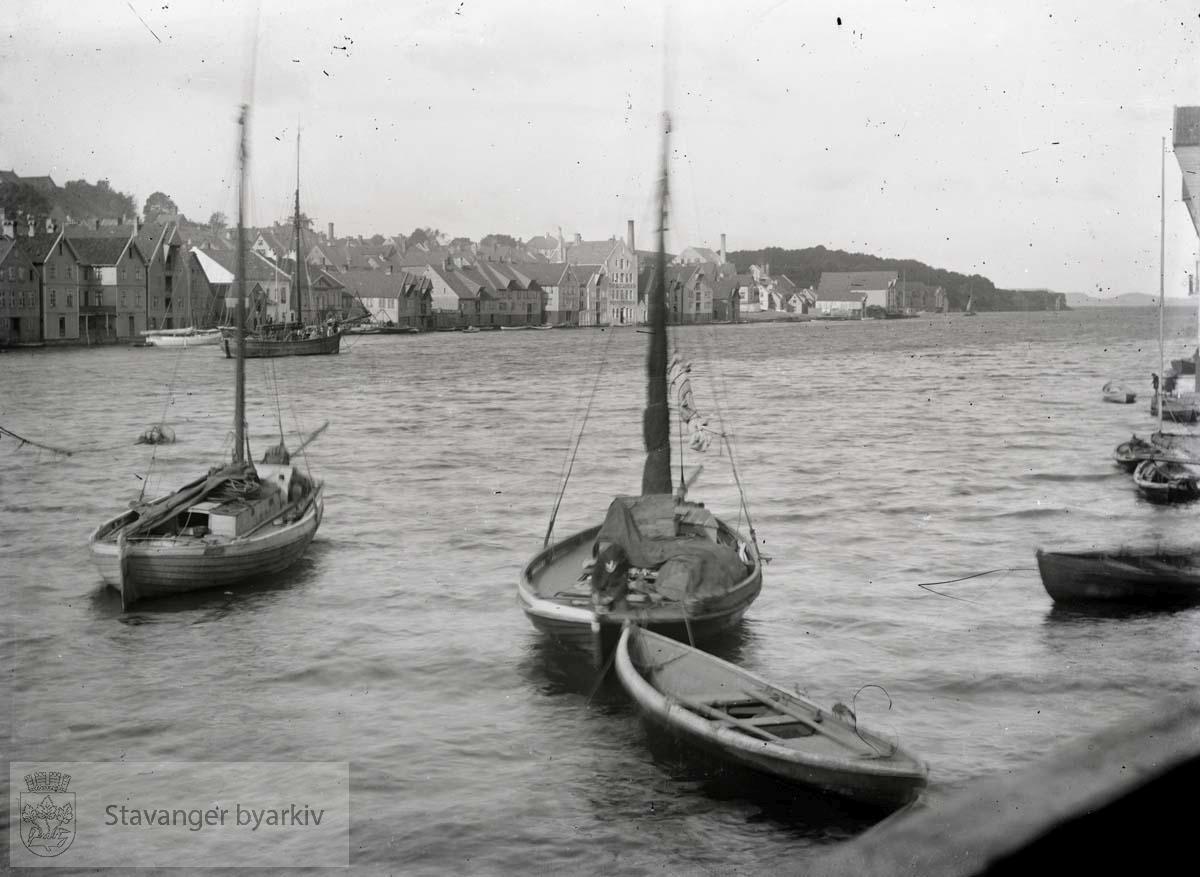 Sett fra Georg T. Monsens sjøhus, Skagen 10. Fiskebåter i forgrunnen. ...Seilbåt.Seilskute.Seilskip
