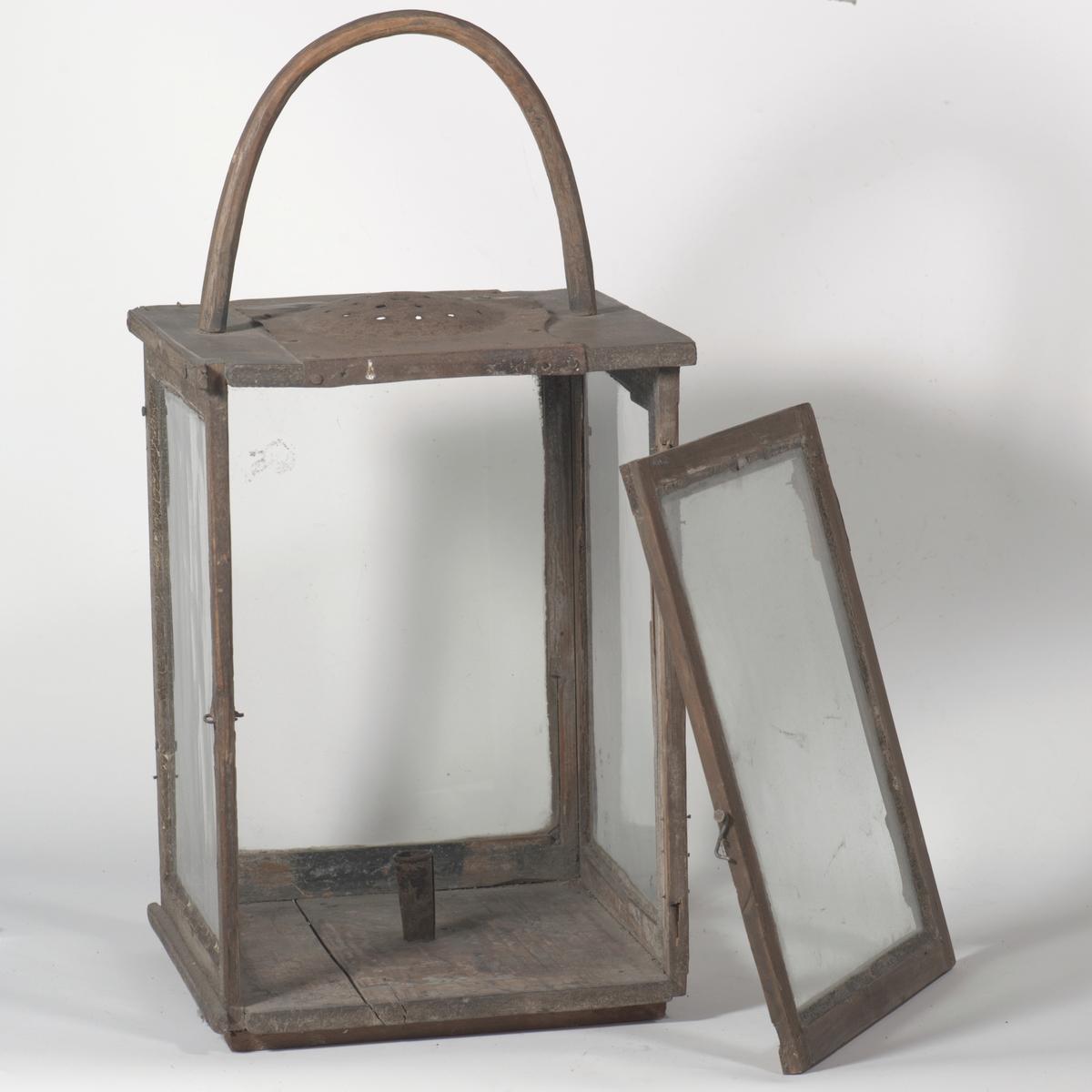 Kvadratisk bunn, rette sider med glass, en side danner dør,  på oversiden jernplate med huller; trehank.